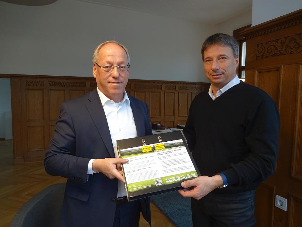 Übergabe der Unterschriften an OB Clausen